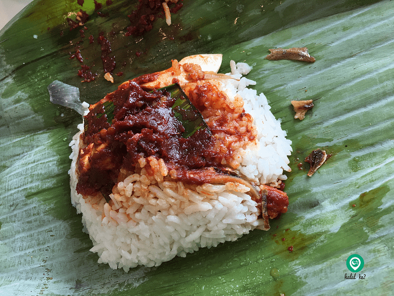 The earliest version of Nasi Lemak in Singapore looks similar to the one sold at Kampung Kayu Ara Nasi Lemak at Petaling Jaya. This only cost SGD0.10 back in the 1960s.